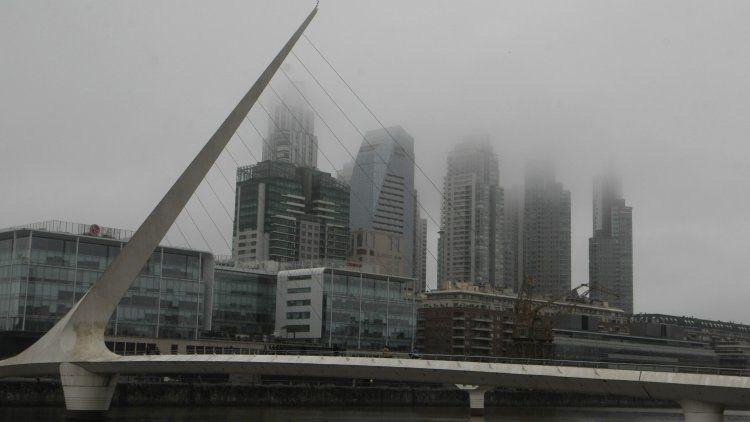 Niebla en el Puente de la Mujer de Puerto Madero