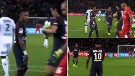 VIDEO: Cavani no le dejó patear un penal a Neymar