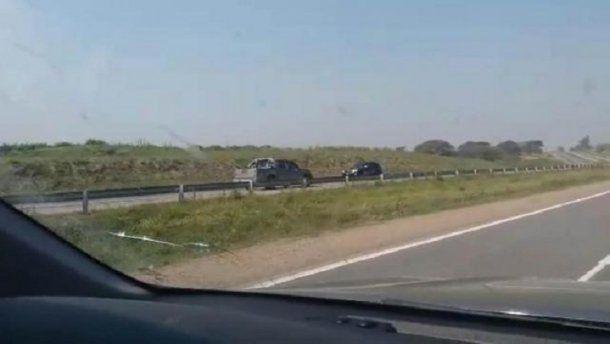 Desde un auto que circulaba en igual dirección, pero del lado correcto, grabaron la infracción