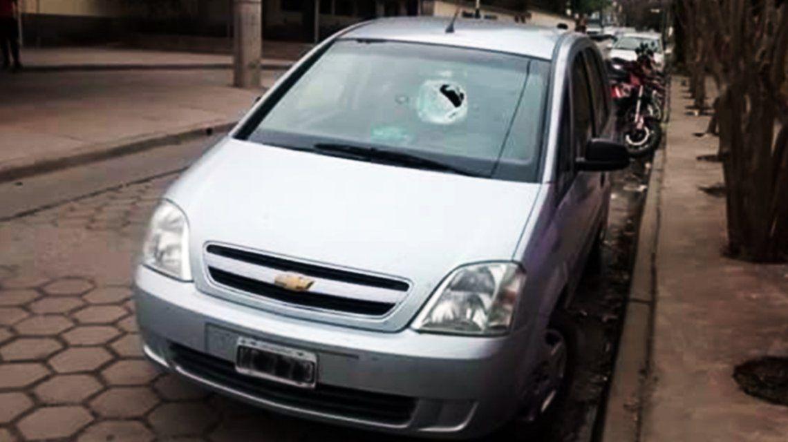 Una piedra rompió el parabrisas de un auto y mató a una nena