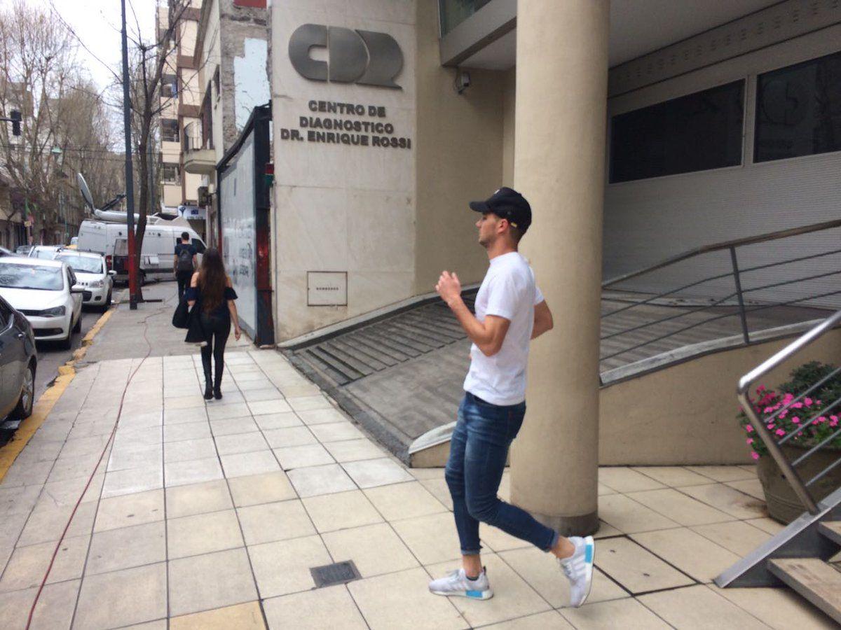 Lucas Alario saliendo del centro de salud en el que se realizó los estudios