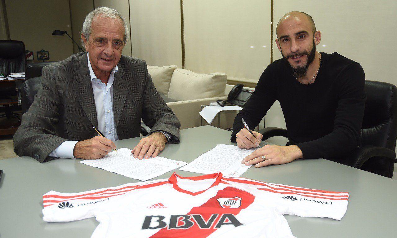 Javier Pinola firmando con River tras pagar la clausula de rescisión