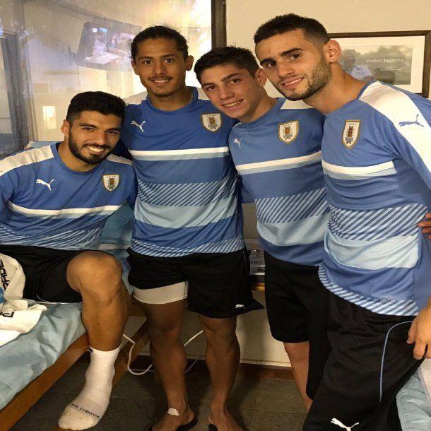Luis Suárez con Mauricio Lemos, Federico Valverde y Gastón Pereiro