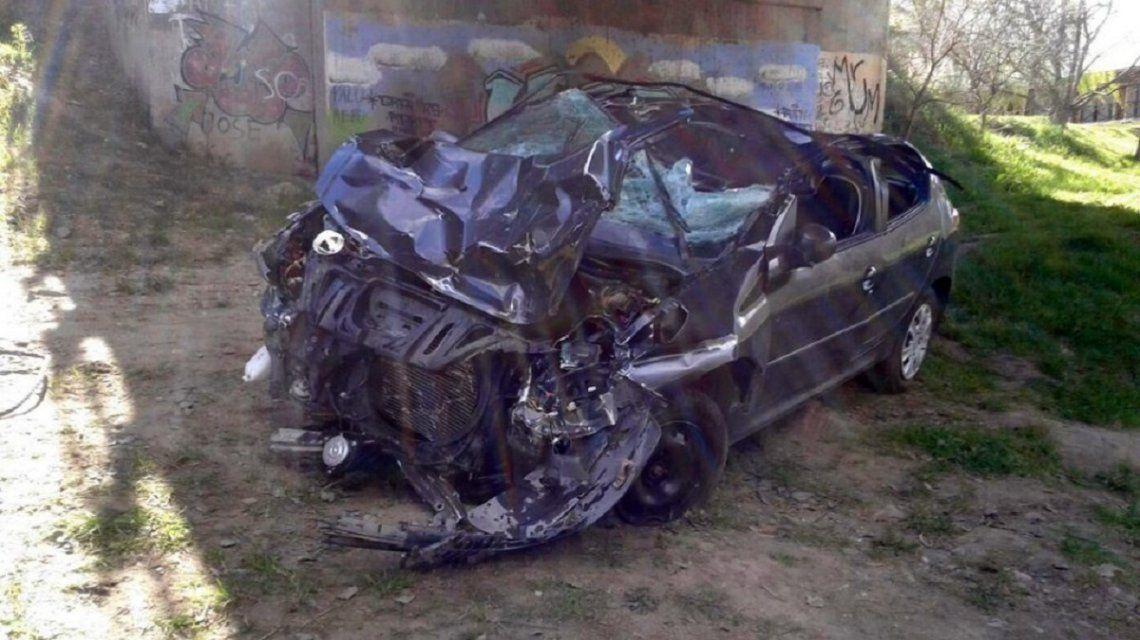Esto era un Peugeot 207 antes de caer de un puenrte en Sierra de la Ventana