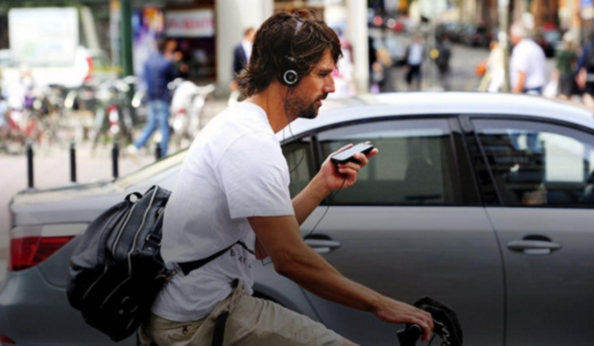 Buscan prohibir a los ciclistas el uso del celular y los auriculares cuando manejan
