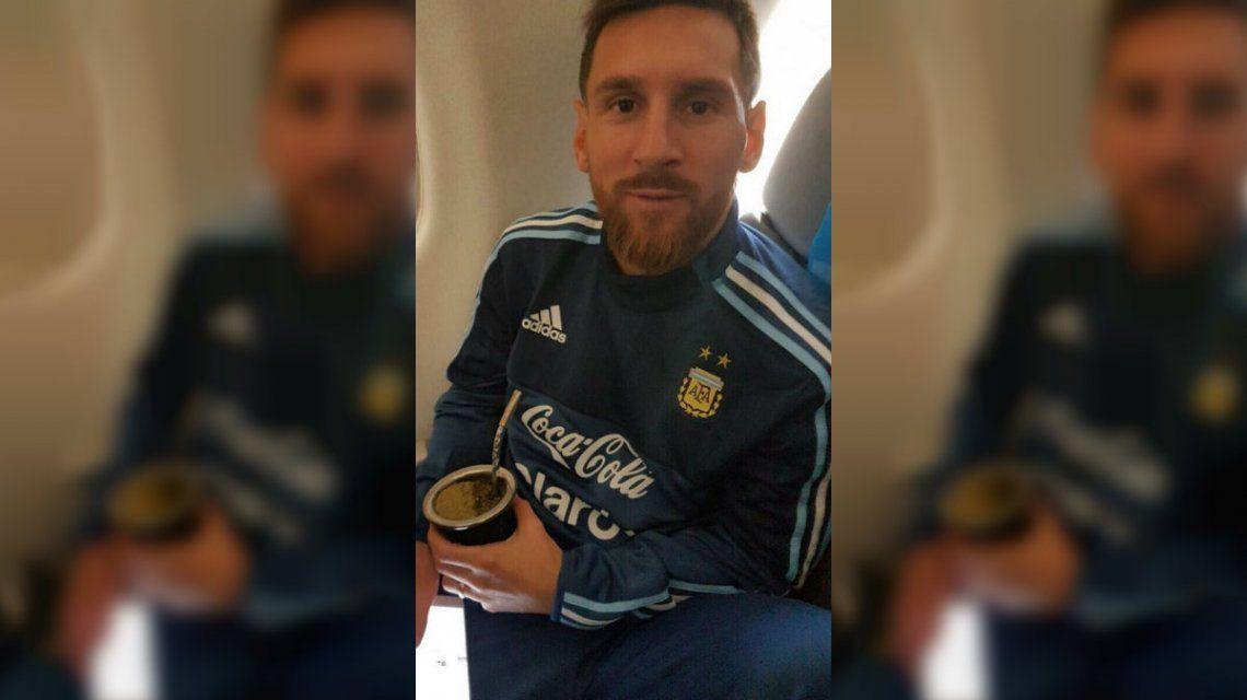 Lionel Messi en el avión rumbo a Montevideo