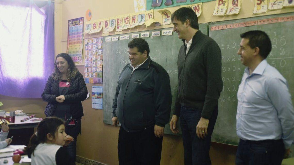 Esteban Bullrich hizo campaña en una escuela, algo prohibido por él mismo
