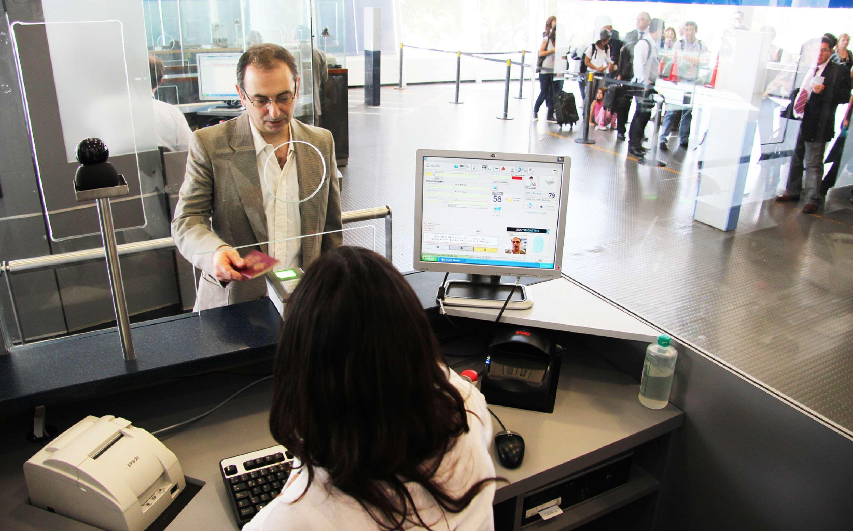 Uno de los controles biométricos de Migraciones que se encuentra en Ezeiza