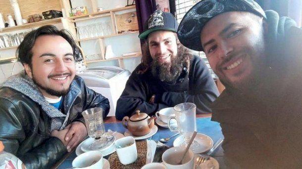 Santiago Maldonado con amigos en Chile<br>