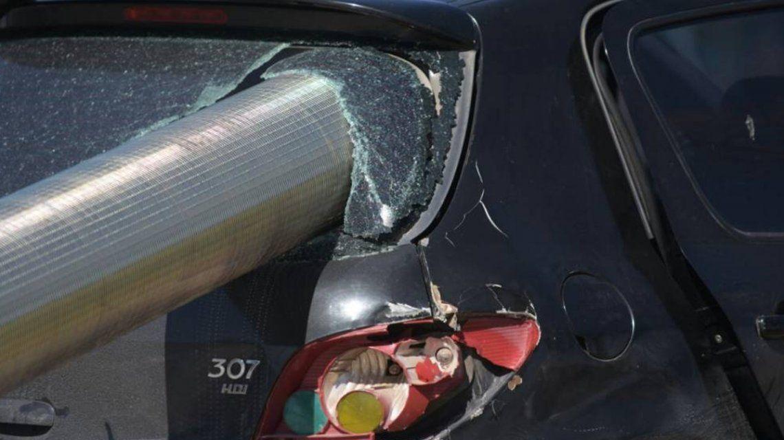 El caño de acero se incrustó en el vehículo