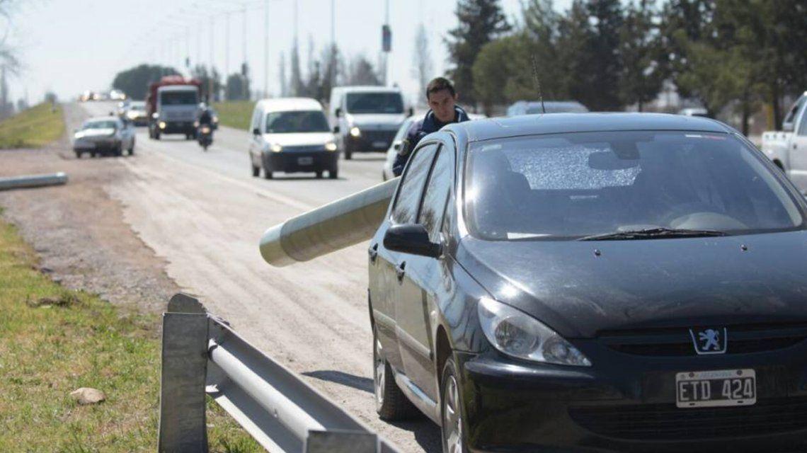 Mendoza: se les incrustó un caño en el auto y salieron ilesos