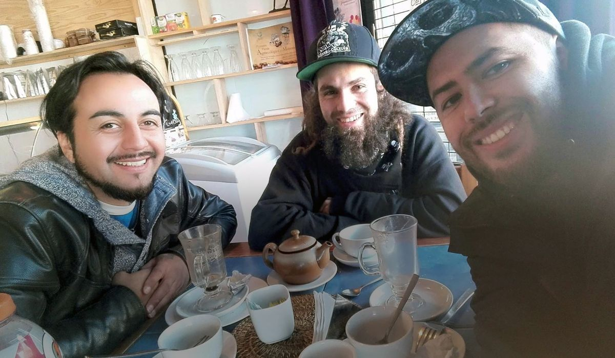 Santiago Maldonado con amigos en Chile
