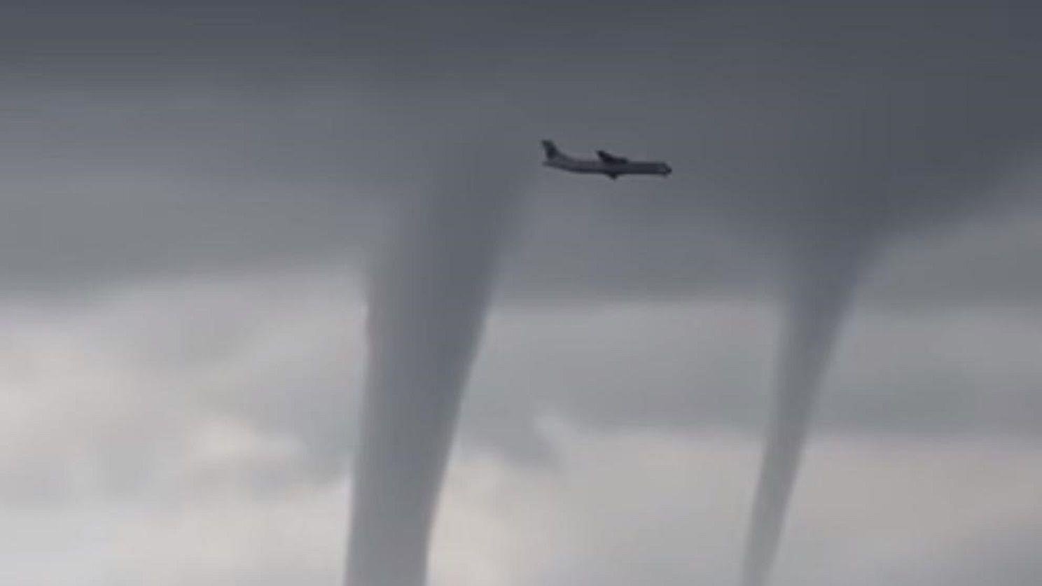 El escalofriante video de un avión volando cerca de tres tornados