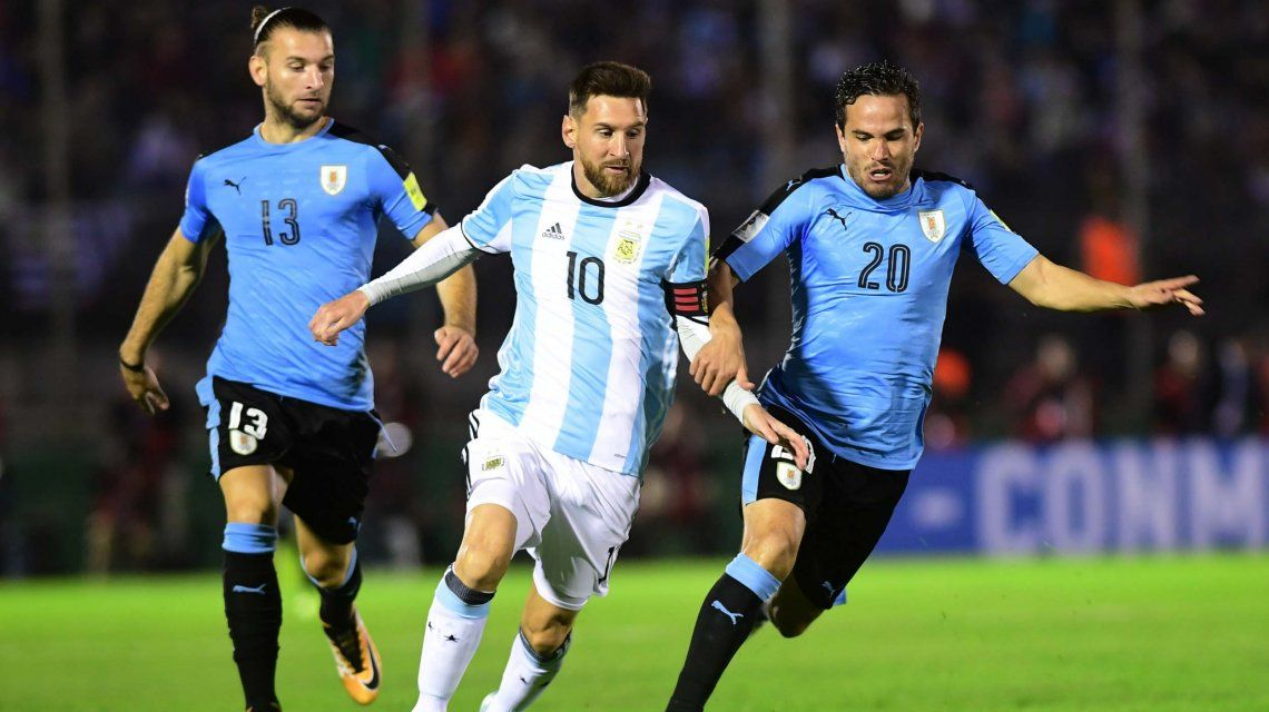 Messi domina el balón; lo siguen Silva y González