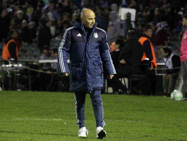 Jorge Sampaoli caminando al costado del campo de juego<br>