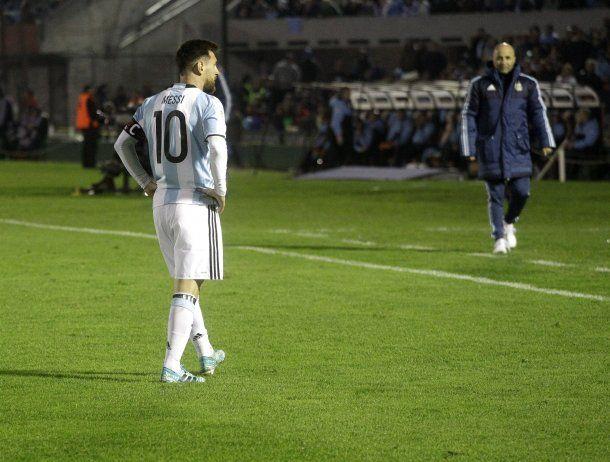 ionel Messi y Jorge Sampaoli ante Uruguay<br>