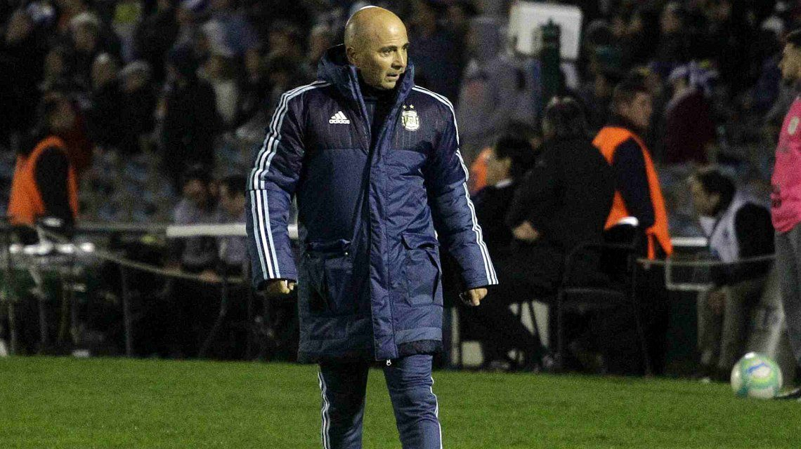 Jorge Sampaoli caminando al costado del campo de juego
