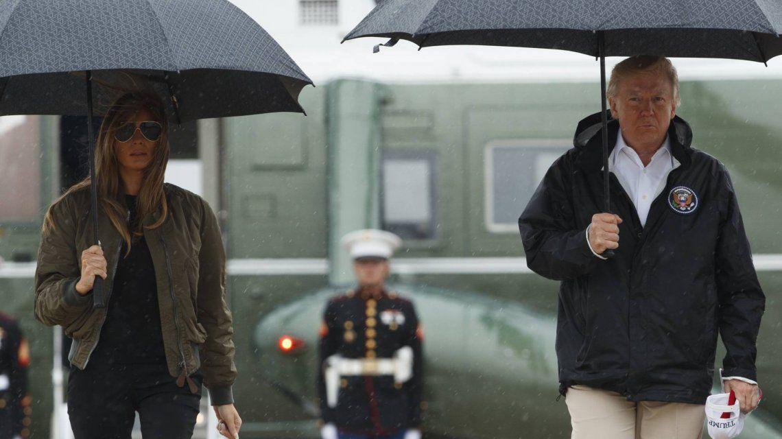 Donald Trump junto a Melania visitando a víctimas del huracán Harvey