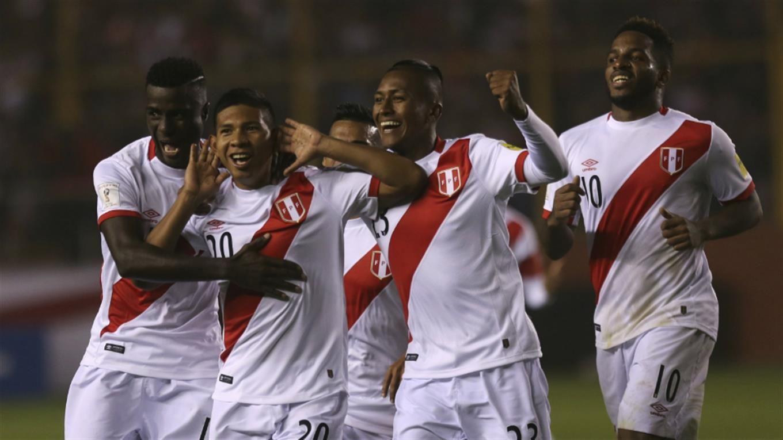 Edison Flores festeja el primer gol peruano