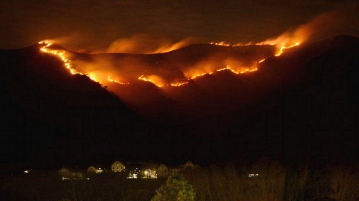 Córdoba: un incendio forestal arrasa los cerros en Santa María de Punilla