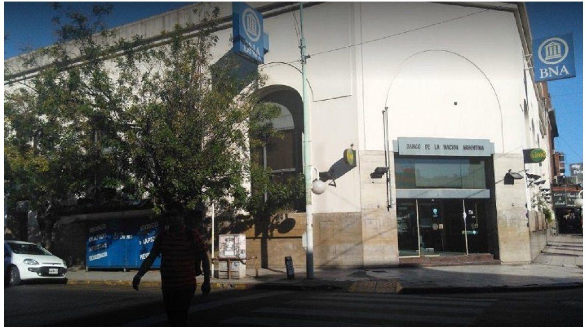 Delincuentes robaron casi un millón de pesos de un banco en Morón