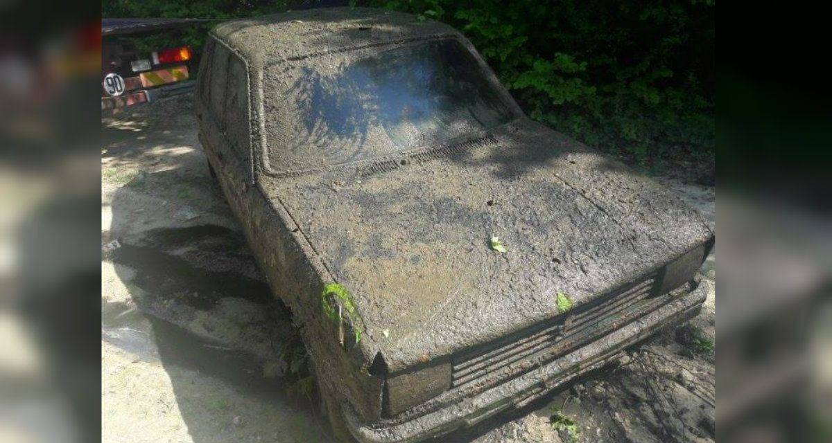 El Peugeot estaba sumergido en una ciénaga y salió a la luz por la sequía