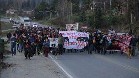 La marcha por Santiago Maldonado en El Bolsón terminó con incidentes en el Escuadrón de Gendarmería