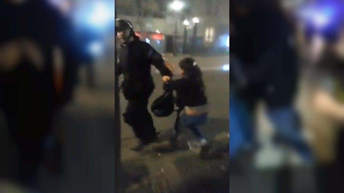 Policía quiso arrestar a una mujer y desistió al ver que lo grababan