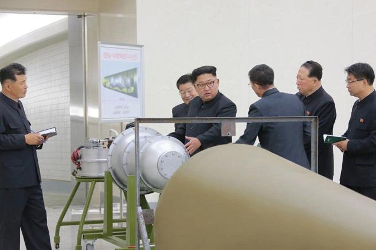 Kim Jong- un junto con un equipo de científicos nucleares norcoreanos
