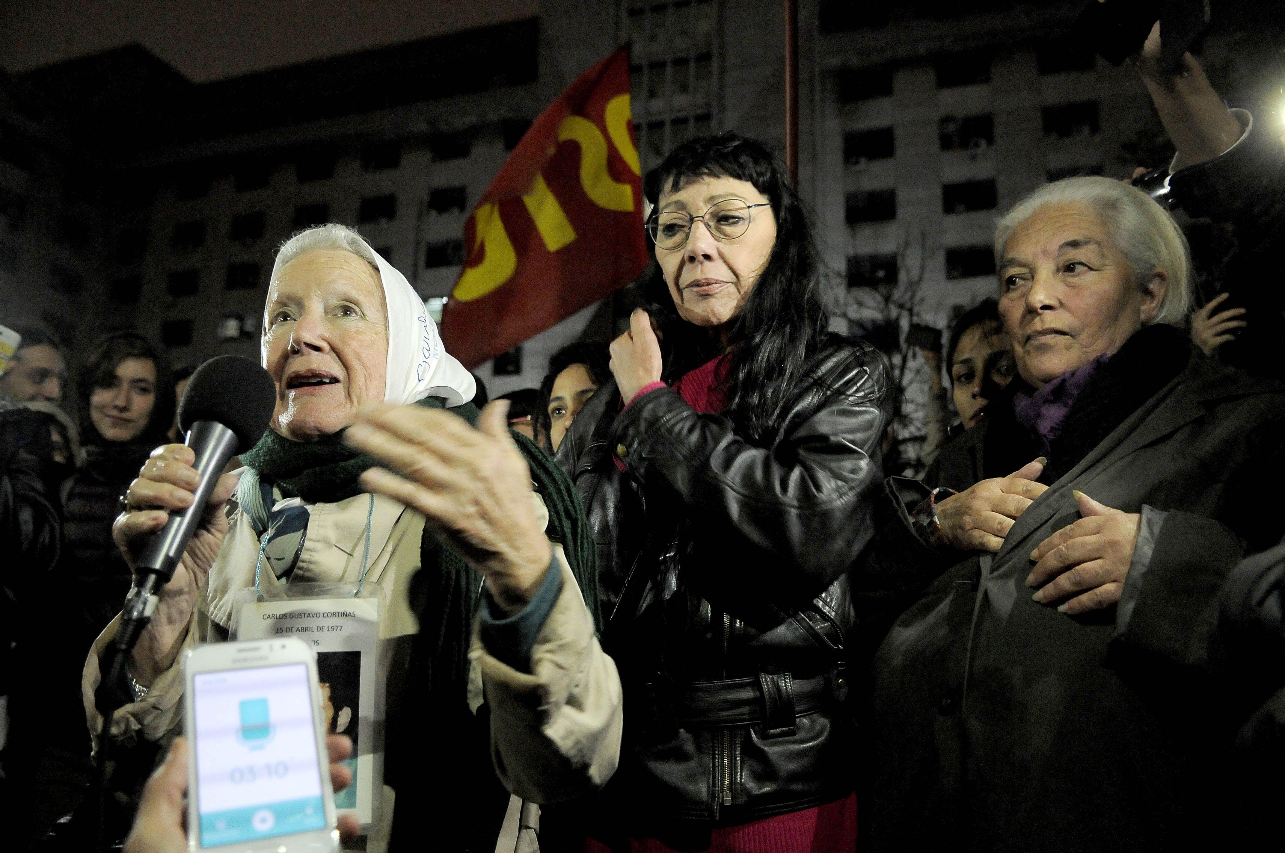 Nora Cortiñas hablando ante manifestantes