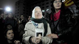 Organizan un abrazo colectivo a Nora Cortiñas, titular de Madres de Plaza de Mayo