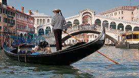 Gondolieri en Venecia, una postal típica