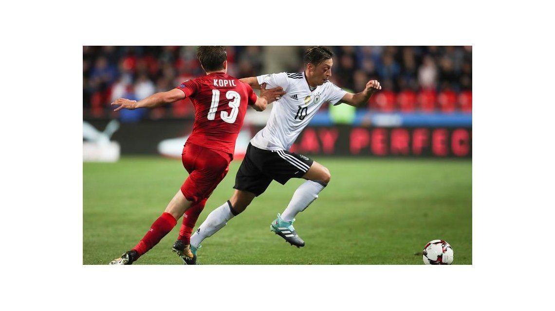 ¿Messi le bajó el pulgar a la llegada Mesut Özil al Barcelona?