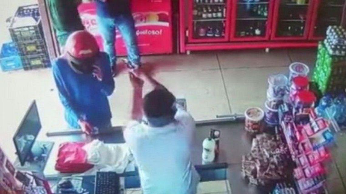 VIDEO: Comerciante mató a balazos a dos ladrones que lo asaltaron