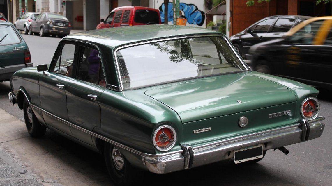 Un Ford Falcon verde de 1976 circulando por las calles porteñas