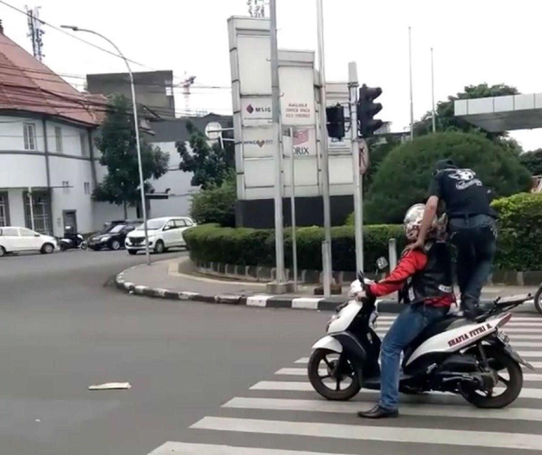 Le pasó por arriba por estar esperando sobre el cruce peatonal
