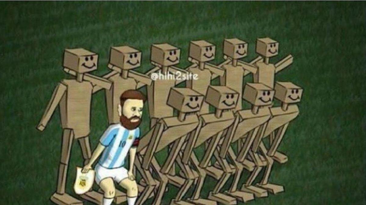Messi rodeado de compañeros de madera