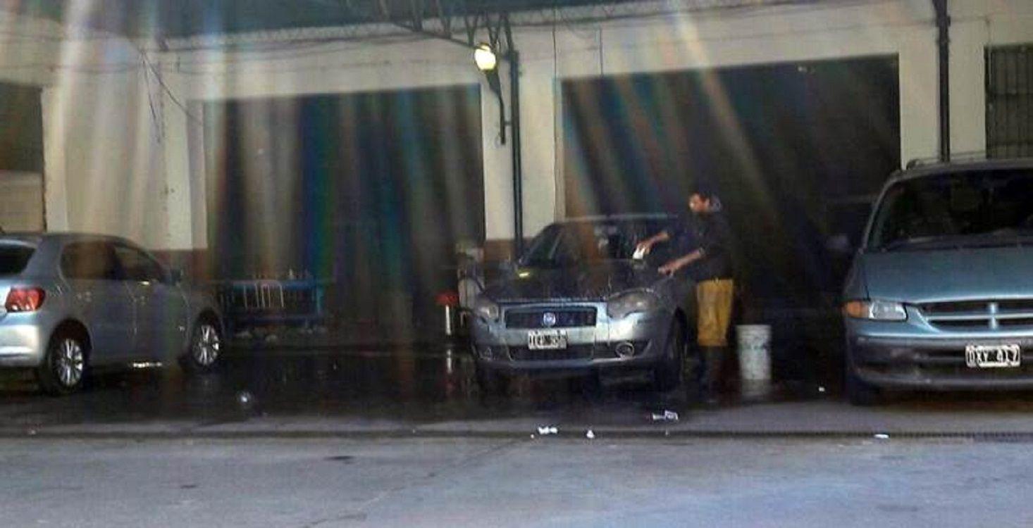 Instalaron un lavadero de autos dentro de un hospital en Avellaneda
