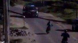 VIDEO: La policía atropelló a un motoquero para atraparlo en Rosario