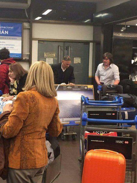 El Rabino Bergman cargando uno de los LED de 55 que compró en Chile