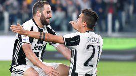 El abrazo de los dos goleadores argentinos que tiene la Juventus