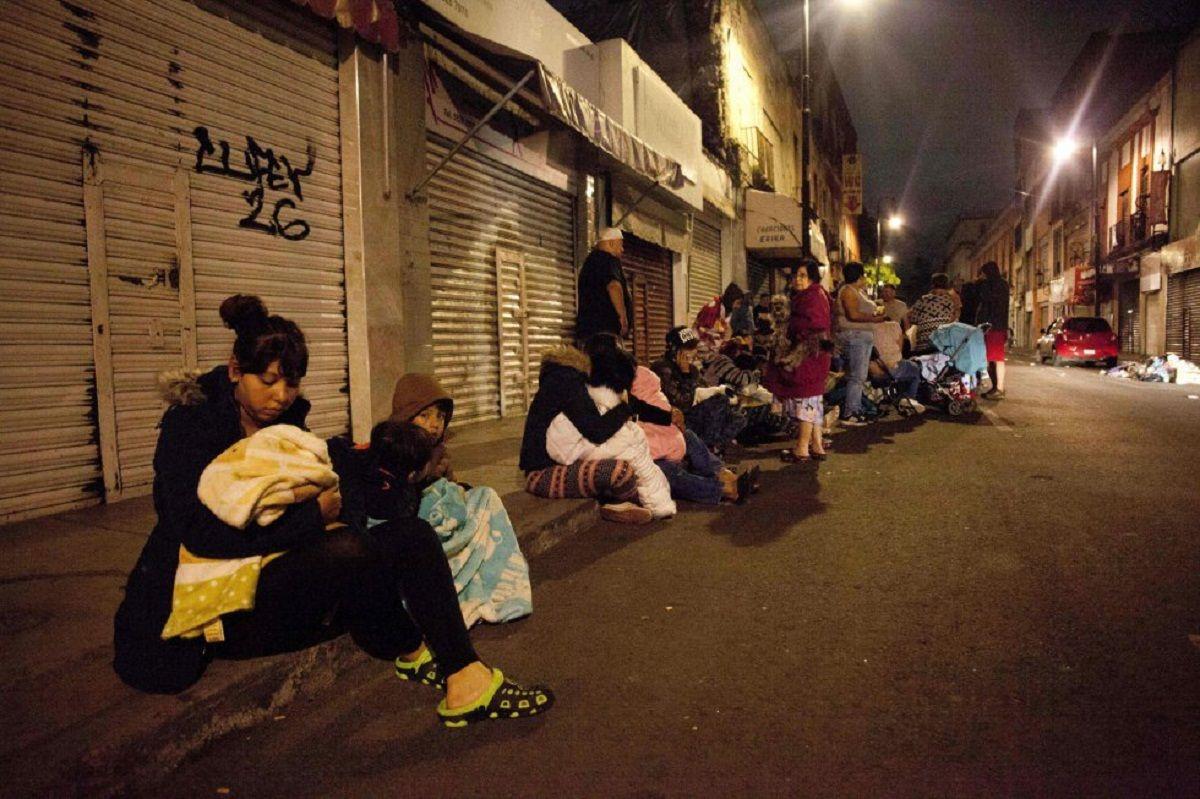 Personas evacuadas por el sismo en México