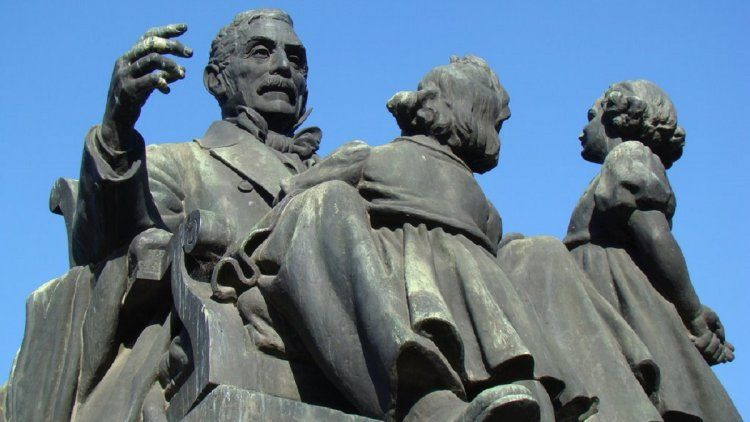 La estatua de San Martín en la Plaza República de Chile