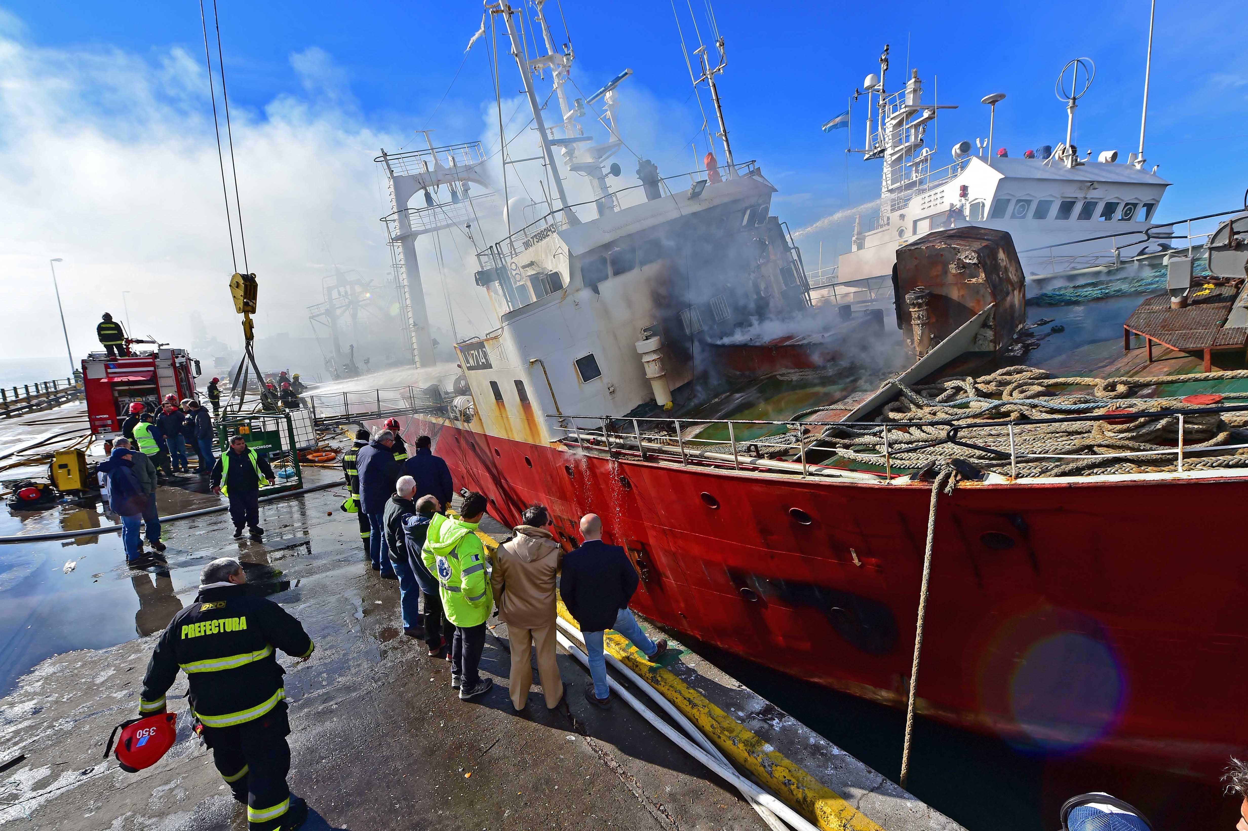 El pesquero está cargado de combustible por lo que representa un enorme peligro