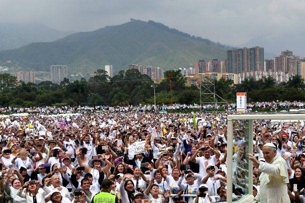 Francisco rezó misa ante una multitud en el aeropuerto de Medellín