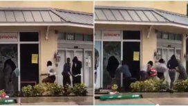 Personas saqueando un negocio en el distritodeFort Lauderdale, Miami