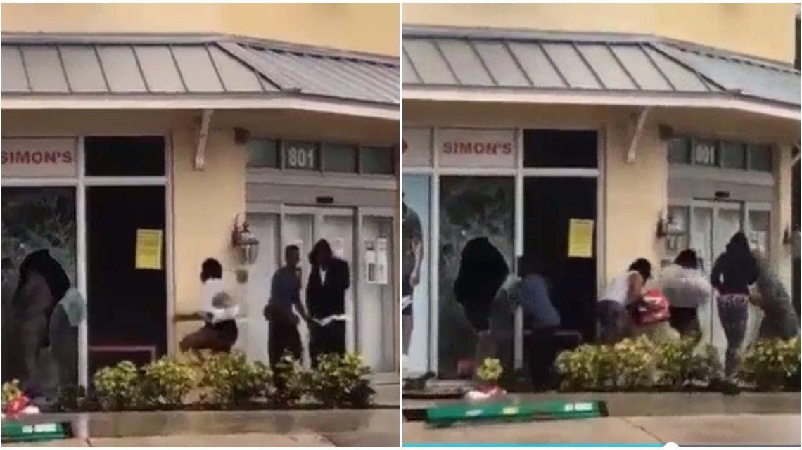 Personas saqueando un negocio en el distritodeFort Lauderdale