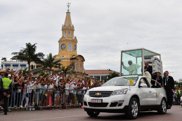 El papa Francisco recorrió el barrio antiguo de la ciudad y saludó a una multitud de fieles