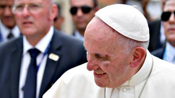 El papa Francisco se golpeó en la ceja y en el pómulo