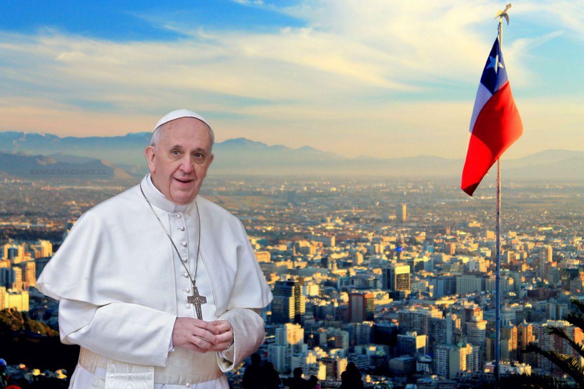 El Papa Francisco y una panorámica de la ciudad de Santiago de Chile.